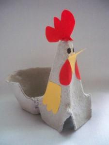 Gotowy kogucik z wytłaczanki po jajkach