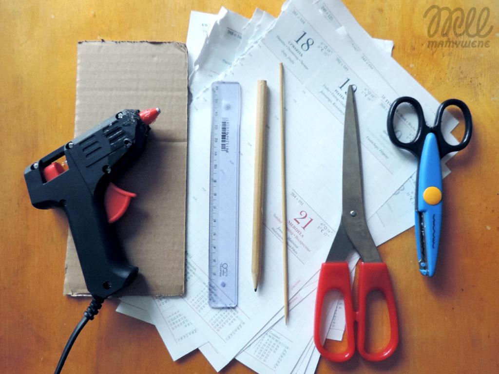Materiały potrzebne do wykonania choinki z papieru: kartki, nożyczki, nożyczki wycinające wzór, ołówek, linijka, wykałaczka do szaszłyków, tektura i pistolet na klej na gorąco